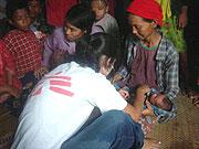 Myanmar 2008: Eine Mitarbeiterin von Ärzte ohne Grenzen untersucht in Bogale Opfer des Zyklons Nargis.