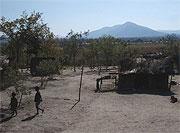 D.R. Kongo 2007: Viele Steinhütten sind ausgebrannt, und die Menschen leben jetzt in Strohhütten.